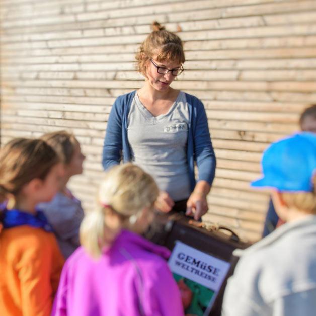 Johanna Lochner mit Kinder auf Gemüseweltreise