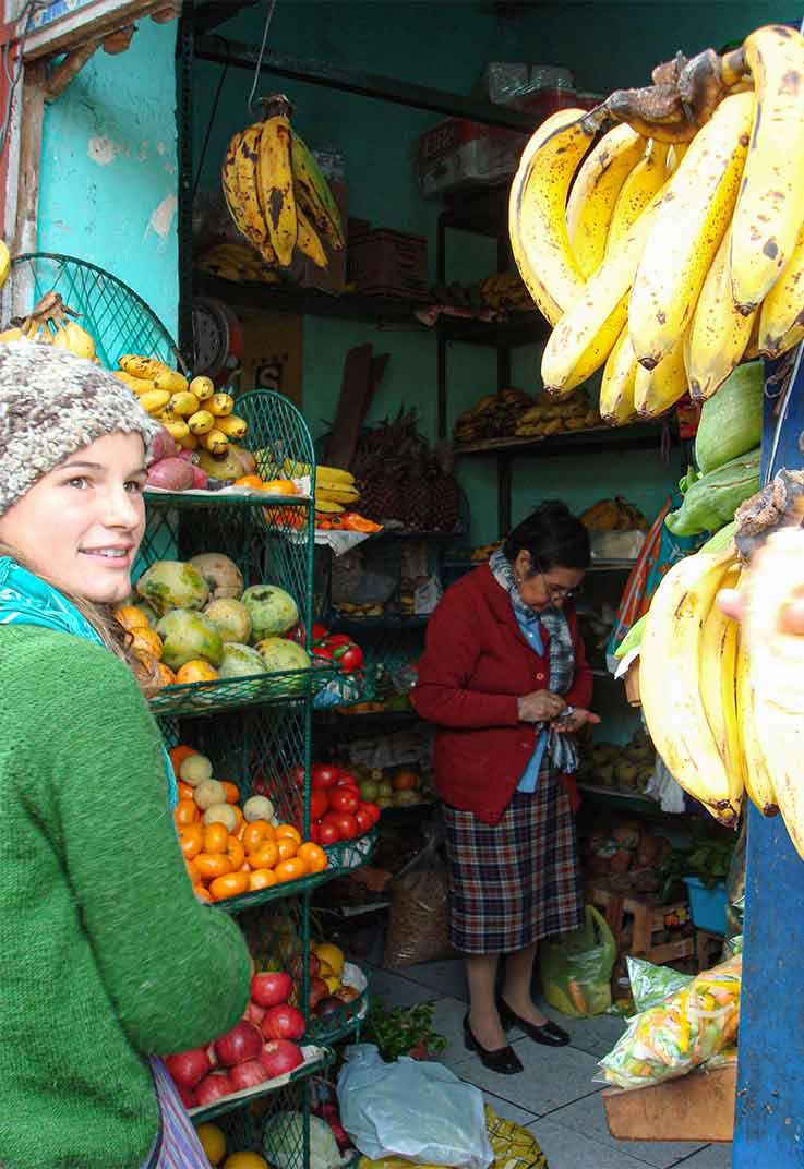 Johanna Lochner am Marktstand in Lima, Peru