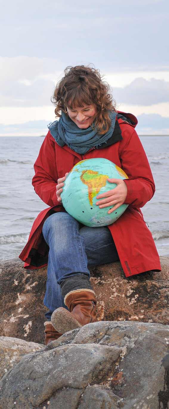 Johanna Lochner mit Weltkugel in Lubmin, Vorpommern-Greifswald